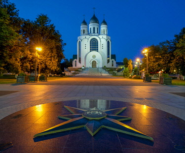 IBXHWO03969540 ussian Orthodox Cathedral of Christ the Saviour, in front star with geographic directions and relief of Kaliningrad 750, Victory Square, Zentralrajon, Kaliningrad, Kaliningrad Oblast, Russia, Europe