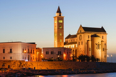 IBXJUN03951312 Blue hour, Gothic Norman Church, Marine Cathedral, Cathedral of San Nicola Pellegrino, 11th century, Trani, Bari province, Apulia, Italy, Europe