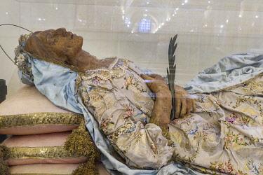 IBLJUN03963319 The mortal remains of the saint Santa Columba, mummy, crypt, Cathedral of San Sabino, Bari, Apulia, Italy, Europe