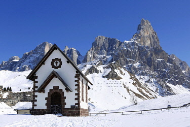 IBLLID04872447 Chapel at the mountain pass Passo Rolle with snow, Palla Group, Dolomites, Trentino, Italy, Europe