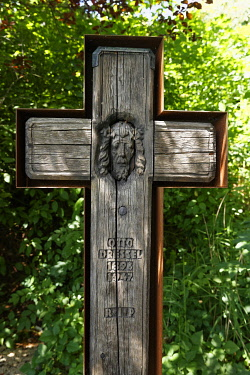 IBLMAN03946525 Grave cross of Otto Dressel in the literary park on Lake Wolfgangsee, Ried bei Sankt Gilgen, Salzkammergut, Salzburg State, Austria, Europe