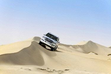 IBLNEX04860671 Jeep tour in the sandy desert, Dune-Bashing, Sealine Sand Dunes, Mesaieed, Doha, Qatar, Asia