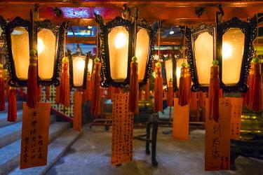 CH11993AW Prayer lanterns at Man Mo Temple, Sheung Wan, Central District, Hong Kong Island, Hong Kong, China