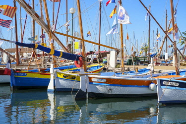 FRA11512AW Traditional colorful wooden fishing boat in the port harbor at Sanary-sur-Mer, Var department, Provence-Alpes-Côte d'Azur, France