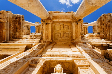 TUR1068AW Library of Celsus, Ruins of ancient Ephesus, Selcuk, Izmir Province, Turkey. Bottom to top view