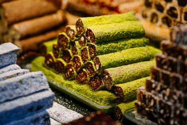 TUR1094AWRF baklava in a roll, typical oriental sweet pastry in bazaar at historical centre of Istanbul, listed as World Heritage by UNESCO, Sultanahmet District, Turkey.