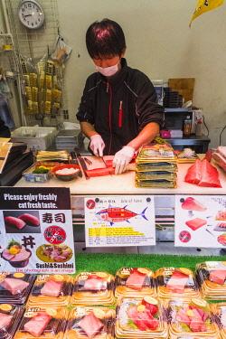 TPX70023 Japan, Honshu, Tokyo, Tsukiji Market, Man Slicing Tuna for Take-away Packs