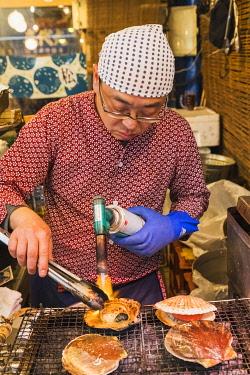 TPX70044 Japan, Honshu, Tokyo, Tsukiji Market, Man Cooking Scallops