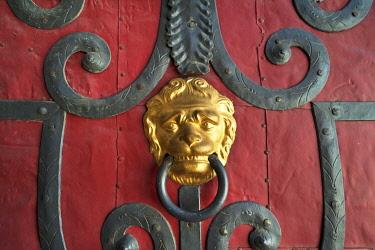 IBXMZC04262434 Gilded lion head door knocker, old door with iron mountings, Görlitz, Oberlausitz, Saxony, Germany, Europe