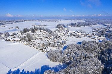 IBXMAN04879896 Winter landscape, villages near Icking, drone shot, Upper Bavaria, Bavaria, Germany, Europe