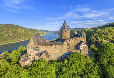 GER11834AW Aerial view at Stahleck castle with river Rhine at Bacharach, Rhine valley, Rhineland-Palatinate, Germany