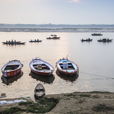 IN414RF India, Uttar Pradesh, Varanasi, People doing laundry on banks of Ganges River