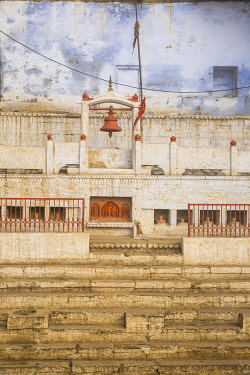IN416RF India, Uttar Pradesh, Varanasi, Temple at Manikarnika Ghat - The main burning ghat