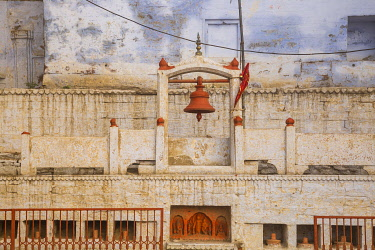 IN417RF India, Uttar Pradesh, Varanasi, Temple at Manikarnika Ghat - The main burning ghat