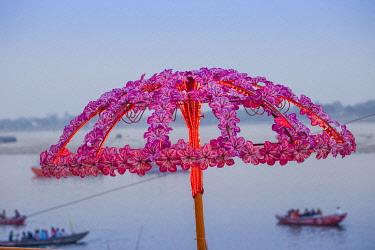 IN08485 India, Uttar Pradesh, Varanasi, Dashashwamedh Ghat - The main ghat on the Ganges River
