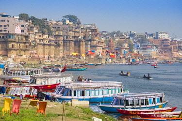 IN08489 India, Uttar Pradesh, Varanasi, View of Varanasi and Ganges river