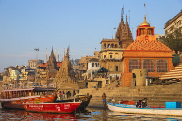 IN08495 India, Uttar Pradesh, Varanasi, View towards the submerged Shiva temple at Scindia Ghat