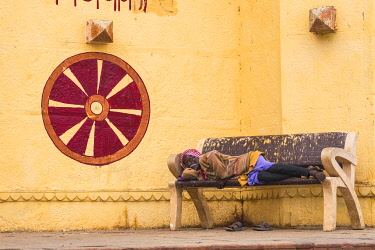 IN08497 India, Uttar Pradesh, Varanasi, Gaay or Gai Ghat, Man asleep on bench
