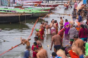 IN08503 India, Uttar Pradesh, Varanasi, Dashashwamedh Ghat - The main ghat on the Ganges River, Pilgrims bathing in Ganges river