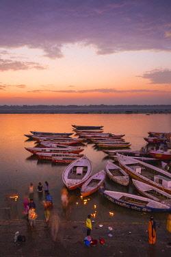 IN08506 India, Uttar Pradesh, Varanasi, Dashashwamedh Ghat - The main ghat on the Ganges River