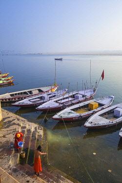 IN08509 India, Uttar Pradesh, Varanasi, Holy men bathing in Ganges river
