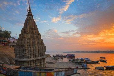 IN08513 India, Uttar Pradesh, Varanasi, Scindia Ghat, Submerged Shiva temple