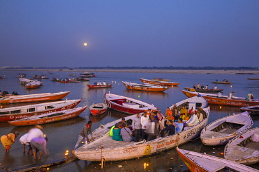 IN08522 India, Uttar Pradesh, Varanasi, Dashashwamedh Ghat - The main ghat on the Ganges River