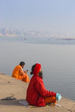IN08523 India, Uttar Pradesh, Varanasi, Holy men on banks of Ganges River