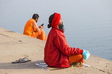 IN08527 India, Uttar Pradesh, Varanasi, Holy men on banks of Ganges River