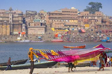 IN08530 India, Uttar Pradesh, Varanasi, Hanging up washing on banks of Ganges river opposite Munshi Ghat