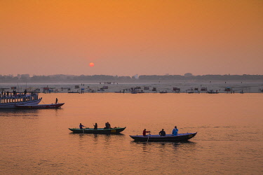 IN08534 India, Uttar Pradesh, Varanasi, Dashashwamedh Ghat - The main ghat on the Ganges River