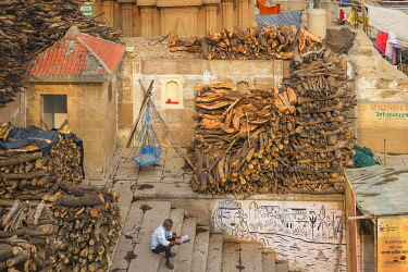 IN08537 India, Uttar Pradesh, Varanasi, Manikarnika Ghat - The main burning ghat, Stacks of wood for cremation