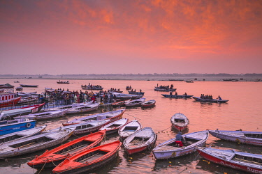 IN08539 India, Uttar Pradesh, Varanasi, Dashashwamedh Ghat - The main ghat on the Ganges River