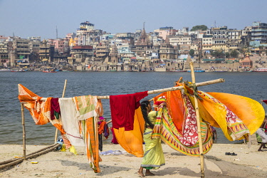 IN08540 India, Uttar Pradesh, Varanasi, Hanging up washing on banks of Ganges river