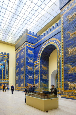 GER11858AW Reconstruction of the Ishtar Gate, the eighth gate to the inner city of Babylon, Pergamon Museum, Museumsinsel (Museum Island), Berlin-Mitte, Berlin, Germany.