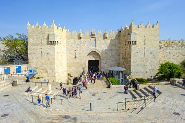 ISR1814AW Damascus Gate and city walls, entrance to the Old City, Jerusalem, Israel.