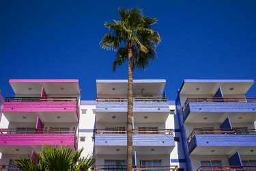 ES09430 Spain, Canary Islands, Gran Canaria Island, Playa del Ingles, colorful balconies