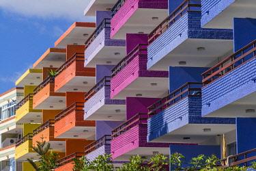 ES09432 Spain, Canary Islands, Gran Canaria Island, Playa del Ingles, colorful balconies