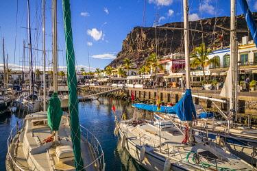 ES09452 Spain, Canary Islands, Gran Canaria Island, Puerto de Mogan, strolling in the marina, NR