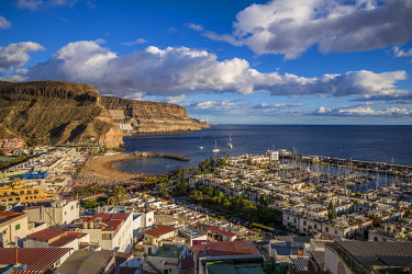 ES09456 Spain, Canary Islands, Gran Canaria Island, Puerto de Mogan, high angle view of marina and town, dusk