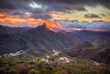 ES09503 Spain, Canary Islands, Gran Canaria Island, Tejeda, mountain landscape with Roque Bentayga, sunset