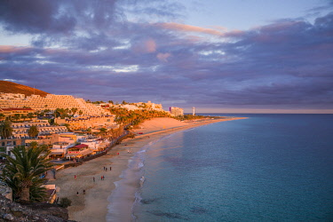 ES09532 Spain, Canary Islands, Fuerteventura Island, Morro Jable, high angle view of Playa de la Cebada beach, sunset