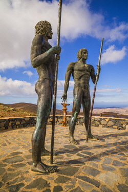 ES09564 Spain, Canary Islands, Fuerteventura Island,  Betancuria, Mirador de Morro Velosa, staues representing the pre-Spanish Guanche kings, Ayoze and Guize