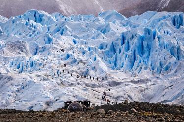 CLKFM109679 Argentina,Patagonia,Santa Cruz province,Los Glaciares National Park,hikers on the Perito Moreno glacier