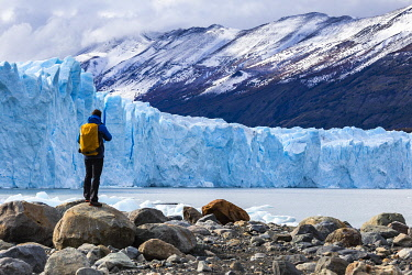 CLKFM109685 Argentina,Patagonia,Santa Cruz province,Los Glaciares National Park,tourist admires the huge face of the glacier Perito Moreno