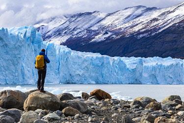 CLKFM109685 Argentina,Patagonia,Santa Cruz province,Los Glaciares National Park,tourist admires the huge face of the glacier Perito Moreno