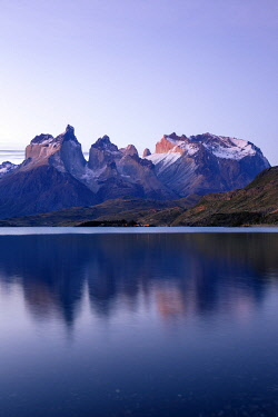 CLKFM111016 Chile,Patagonia,Magallanes and Chilean Antarctica Region,Ultima Esperanza Province,Torres del Paine National Park, Paine mountain range and Lake Pehoé at sunset