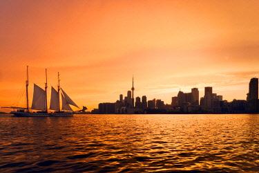CLKFV111672 Canada, Ontario, Toronto, View of CN Tower and city skyline