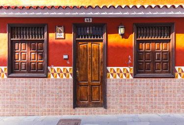 CLKFM102237 Spain,Canary Islands,Tenerife,Valle de La Orotava,Puerto de La Cruz,colourful houses in the old town