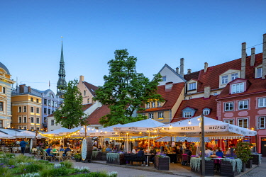 LV01194 Restaurants in Old Town at Night, Riga, Latvia, Northern Europe,